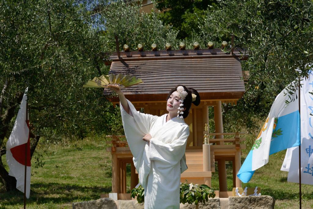 Danzatrice celebrazione rito shintoista